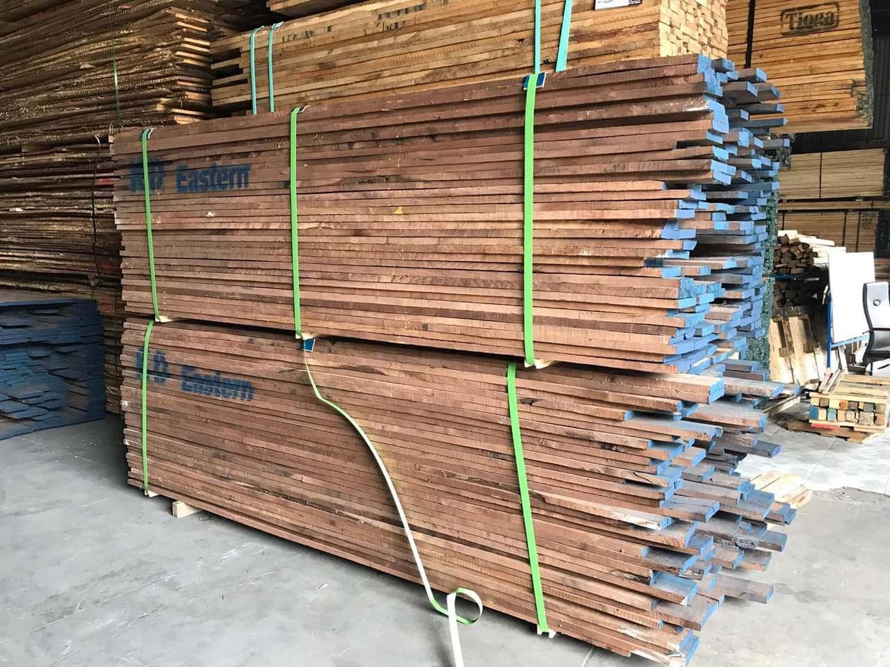 chất liệu gỗ óc chó tại xưởng
