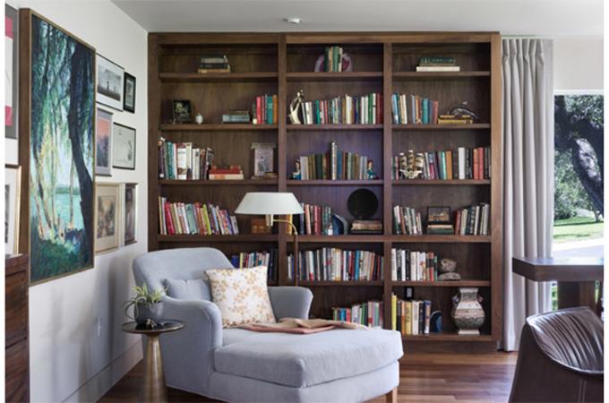 Giá sách gỗ óc chó kết hợp với sofa.