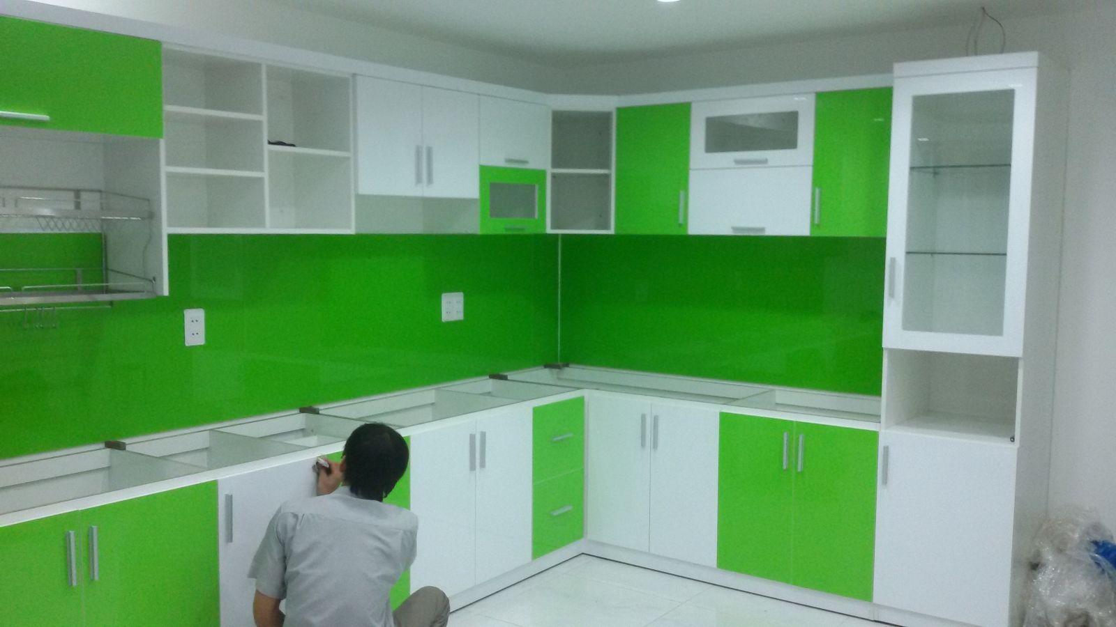 Thi công tủ bếp acrylic màu xanh