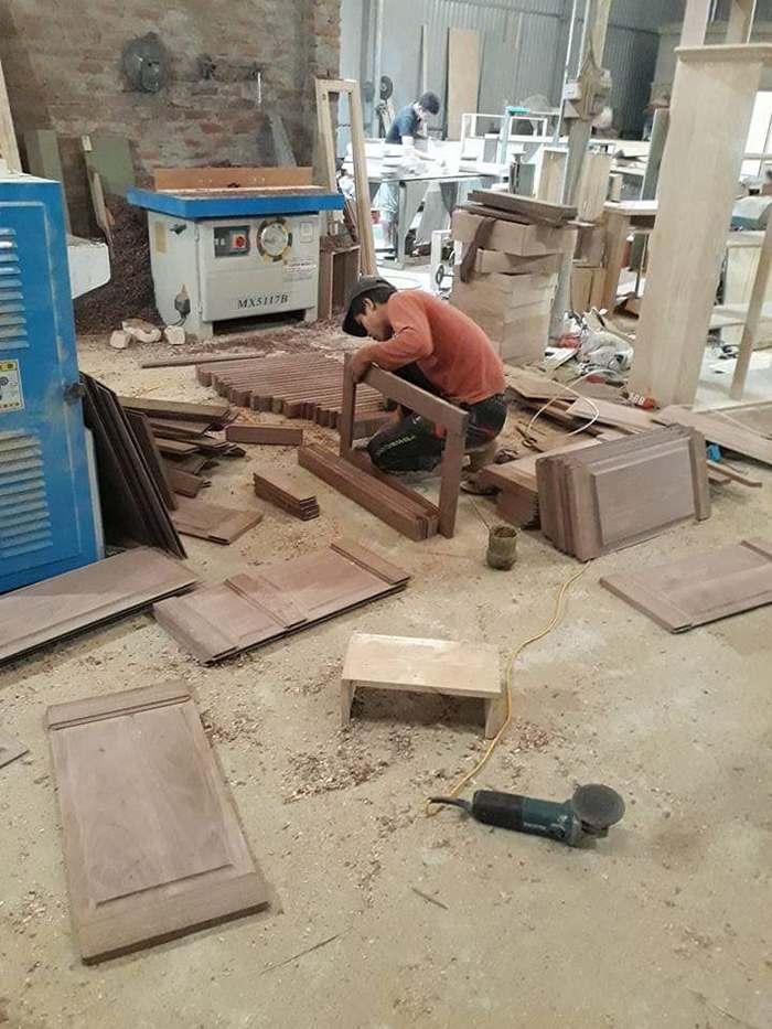 công nhân đang đóng mới nội thất tại xưởng hoàng hải Hà Nội
