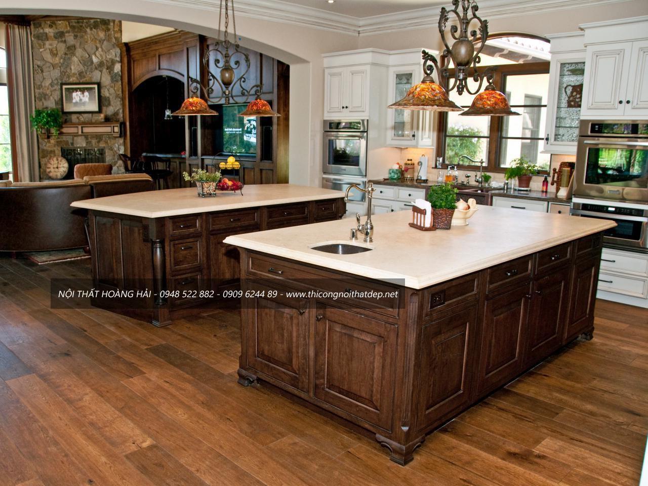 Mẫu tủ bếp gỗ óc chó tân cổ điển có bàn đào đẹp