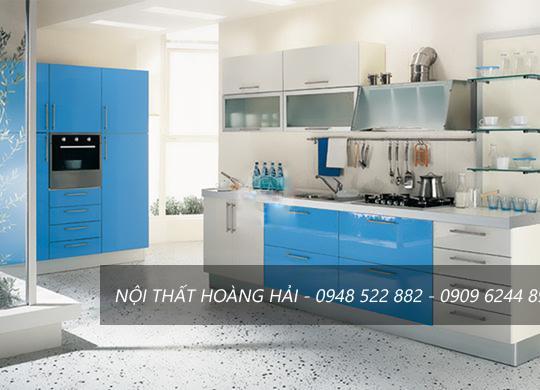 Tủ bếp veneer màu xanh hòa lẫn sắc trắng hiện đại, tươi mới