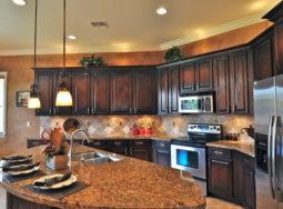 09 ý tưởng thiết kế tủ bếp gỗ gõ đỏ cực đẹp cho biệt thự